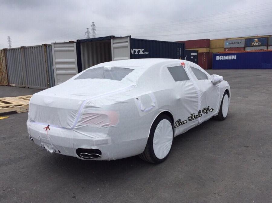 Chiếc Bentley Flying Spur V8 được bọc bảo vệ cẩn thận khi về cảng Hải Phòng.