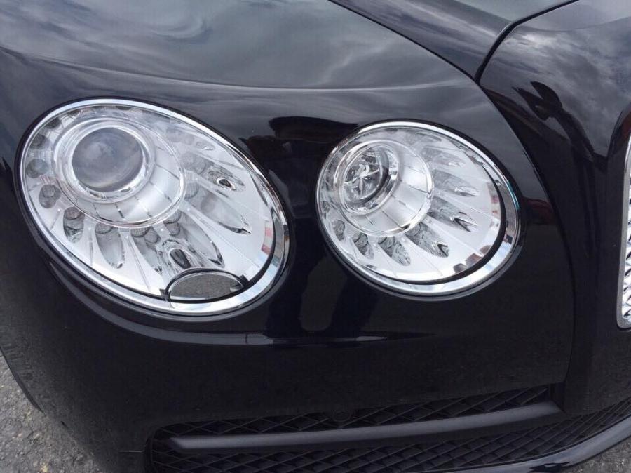 Cận cảnh cụm đèn pha của Bentley Flying Spur V8.