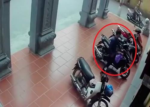 Video: Thanh niên ngang nhiên vào chùa trộm xe máy của sư thầy - Ảnh 1
