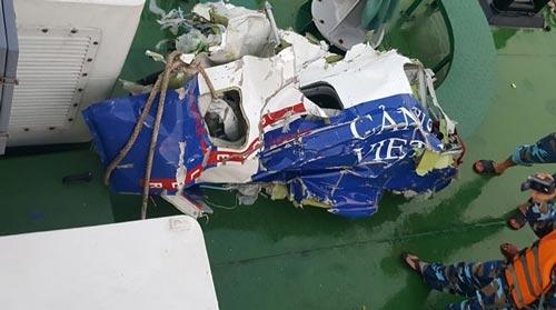 Các mảnh vỡ máy bay CASA-212 được tìm thấy ngày 17-6. Ảnh: Bộ Quốc phòng