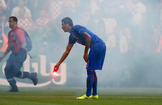 CĐV Croatia ném pháo sáng, đánh lẫn nhau trong trận đấu CH Czech - ảnh thể thao