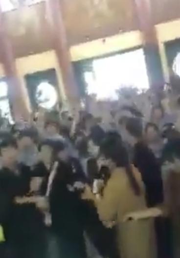 Clip: Hàng trăm bạn trẻ bật nhạc sàn, nhảy múa trong chùa - Ảnh 2.