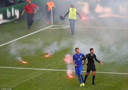 CĐV Croatia ném pháo sáng xuống sân khi trận đấu đang diễn ra.