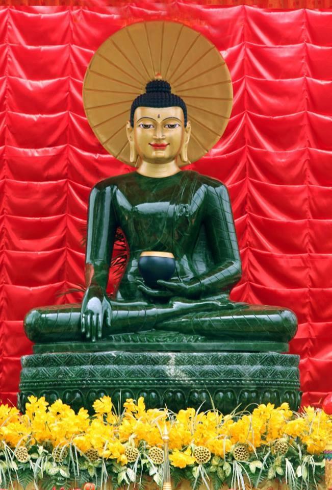Cận cảnh pho tượng Phật ngọc lớn nhất thế giới. Ảnh: TL.