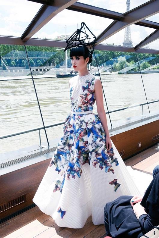 Jessica Minh Anh catwalk trên sàn diễn nổi ở sông Seine
