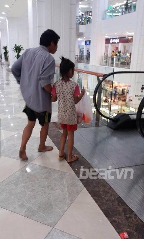 Hình ảnh xúc động: Bố đi chân đất, nắm tay con gái mua mì tôm trong Trung tâm thương mại - Ảnh 1.