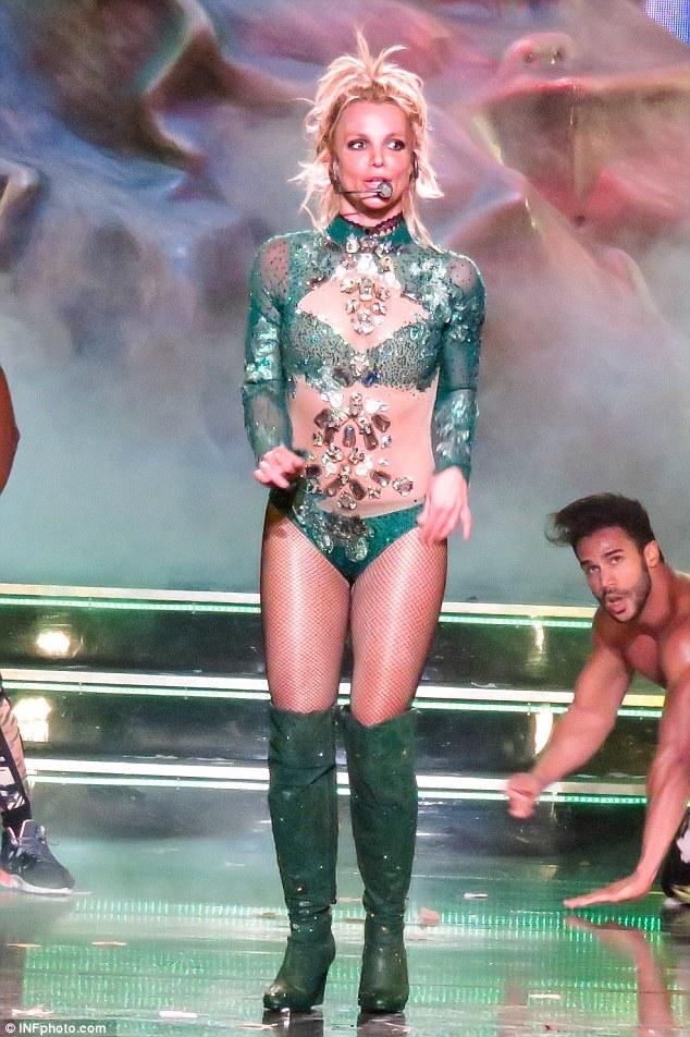 Britney Spears gây sốc với loạt đồ diễn sexy như nội y - 1