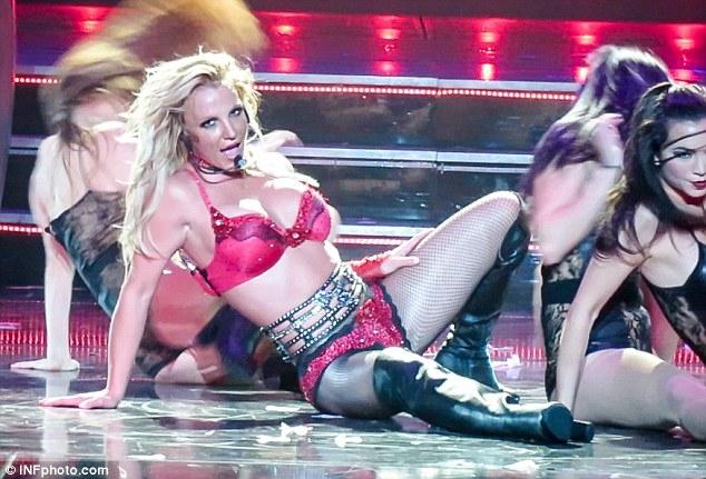 Britney Spears gây sốc với loạt đồ diễn sexy như nội y - 2