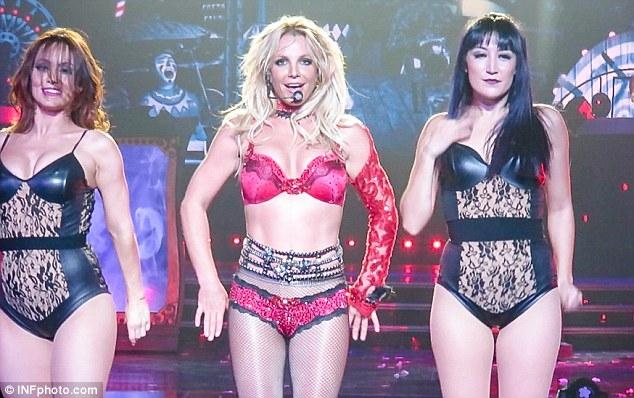 Britney Spears gây sốc với loạt đồ diễn sexy như nội y - 3