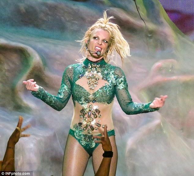 Britney Spears gây sốc với loạt đồ diễn sexy như nội y - 4