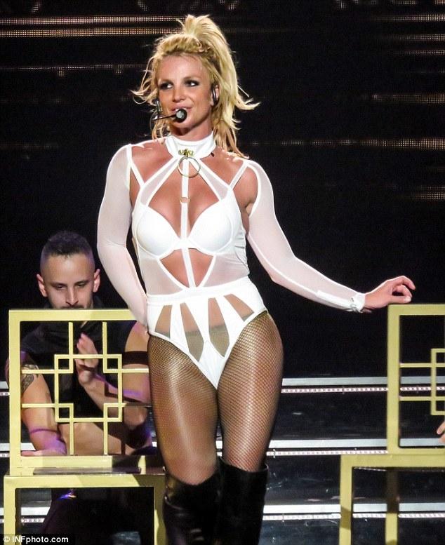 Britney Spears gây sốc với loạt đồ diễn sexy như nội y - 5