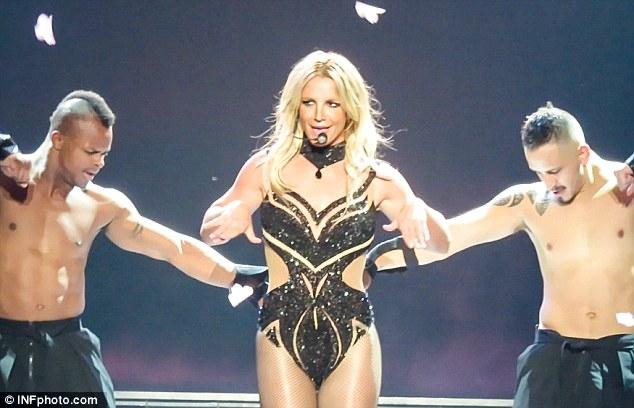 Britney Spears gây sốc với loạt đồ diễn sexy như nội y - 8