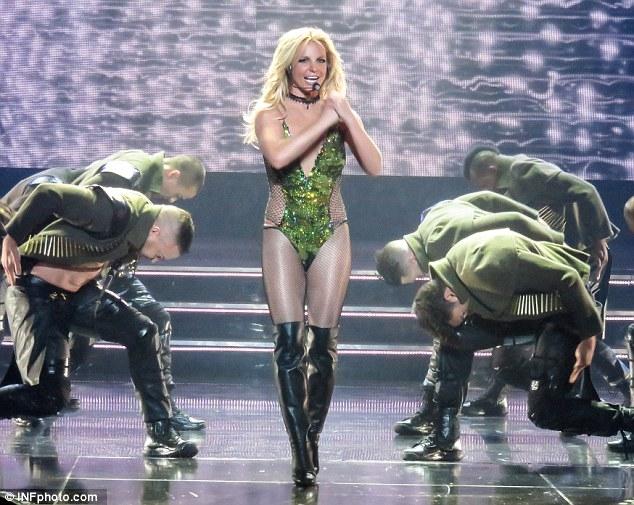 Britney Spears gây sốc với loạt đồ diễn sexy như nội y - 9