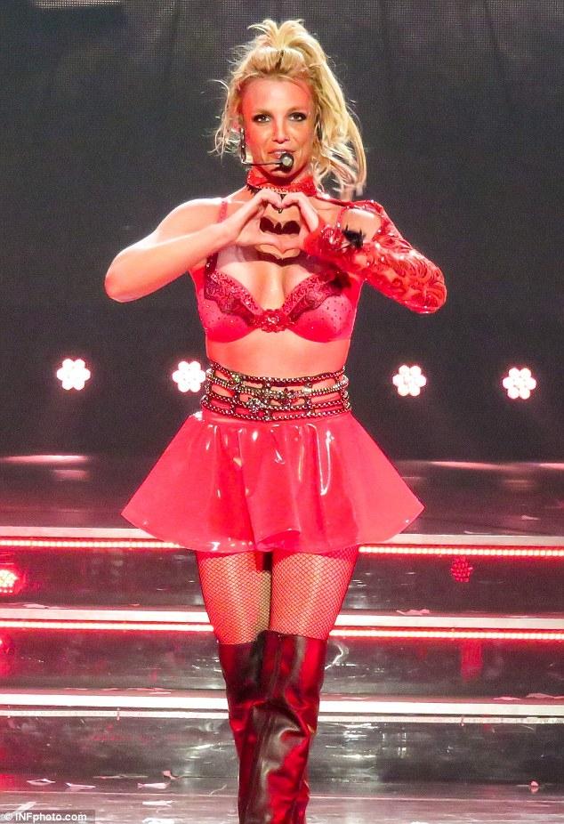 Britney Spears gây sốc với loạt đồ diễn sexy như nội y - 10