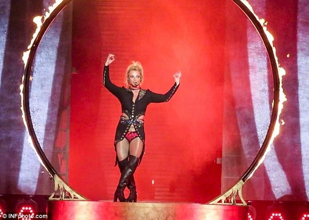 Britney Spears gây sốc với loạt đồ diễn sexy như nội y - 11