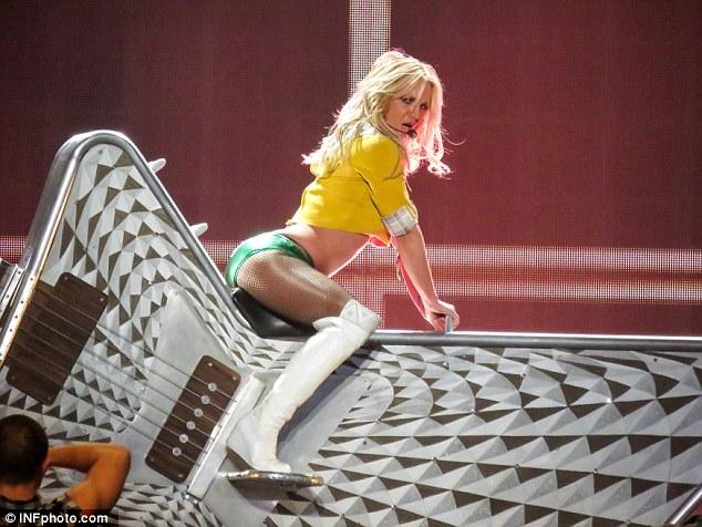 Britney Spears gây sốc với loạt đồ diễn sexy như nội y - 12