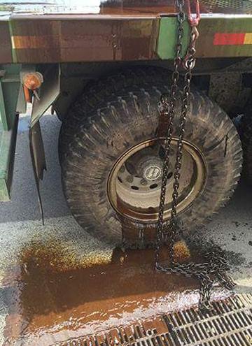 Vết dầu lan ra từ  Dầu từ trên xe chảy xuống, loang rộng hàng chục mét trên đường