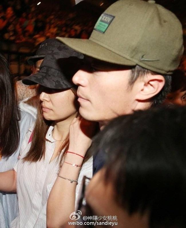 Hoac Kien Hoa om chat Lam Tam Nhu trong buoi hen ho hinh anh 6