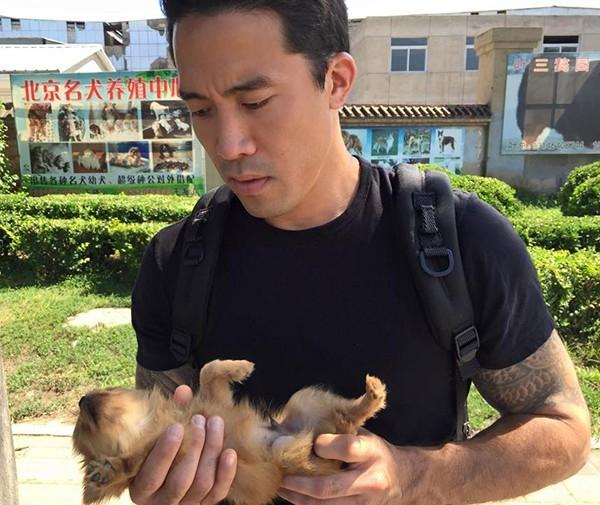 Người đàn ông 3 lần không ngại hy sinh tính mạng mình để giải cứu những chú chó từ lò mổ - Ảnh 2.