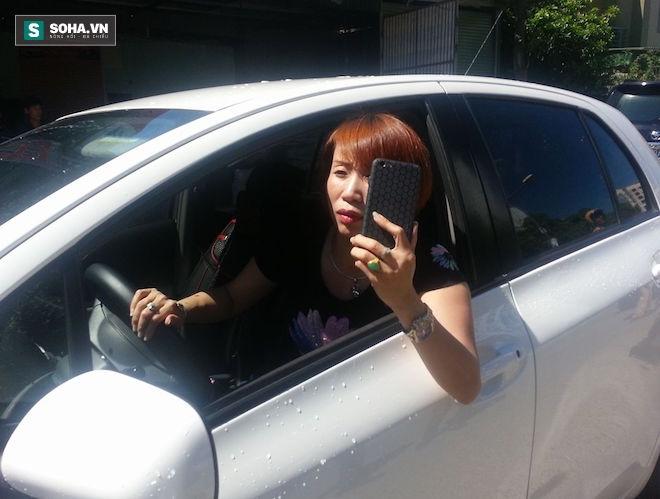 Nữ tài xế phóng ô tô bỏ chạy, dùng điện thoại quay dọa cảnh sát - Ảnh 3.