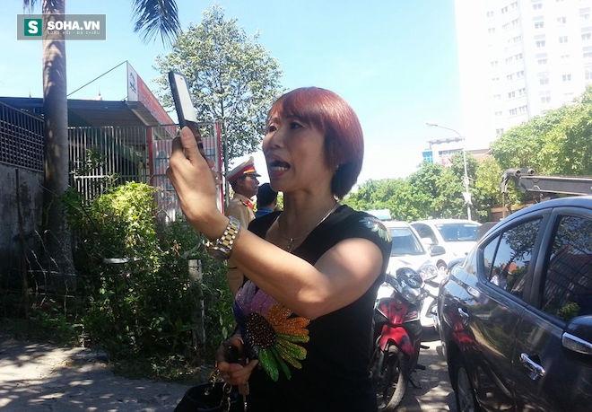 Nữ tài xế phóng ô tô bỏ chạy, dùng điện thoại quay dọa cảnh sát - Ảnh 7.