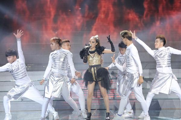 Thu Thủy mở màn đêm liveshow 2 với ca khúc 'Hot', từng được ca sĩ Thu Minh thể hiện rất thành công. Thu Thủy vừa hát vừa nhảy 'sung', nên những nốt trầm của cô bị mờ.