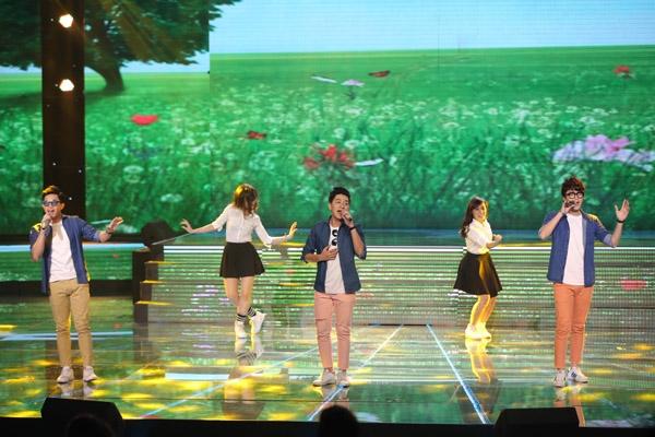Nhóm The Wings trình diễn ca khúc 'Với anh em vẫn là cô bé', từng là hit của giám khảo Hồ Quỳnh Hương với phong cách dễ thương, nhí nhảnh.