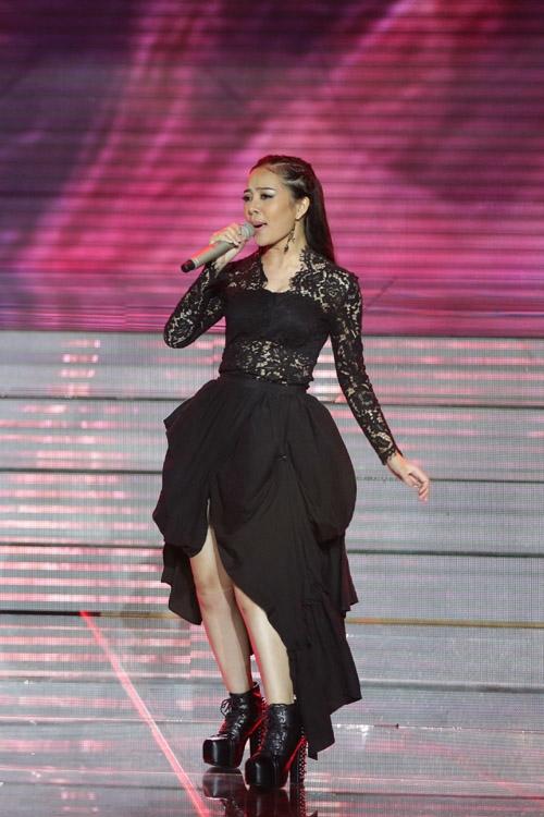 Thanh Thảo thể hiện ca khúc 'Bring me to life', phô diễn giọng hát với phong cách opera.