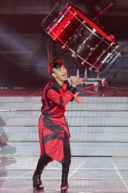 Adam trình bày ca khúc tự sáng tác mang tên 'We love Vietnam'. Anh khuấy động không khí với màn vũ đạo và đánh trống điêu luyện.