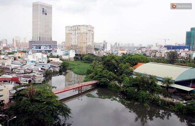 TP. HCM: Cầu mới xây xong 3 tháng, cấm đi lại vì... sợ người dân ngồi nhậu - Ảnh 1.