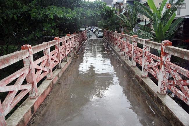 TP. HCM: Cầu mới xây xong 3 tháng, cấm đi lại vì... sợ người dân ngồi nhậu - Ảnh 4.