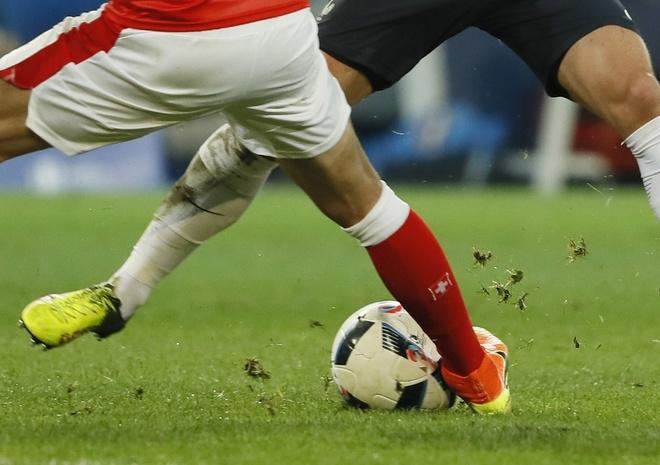 Bóng vỡ và bốn lần cầu thủ bị rách áo đấu trong trận Thuỵ Sỹ - Pháp - ảnh thể thao