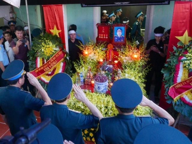 Đồng đội tiễn biệt anh bằng động tác chào dành cho người lính...