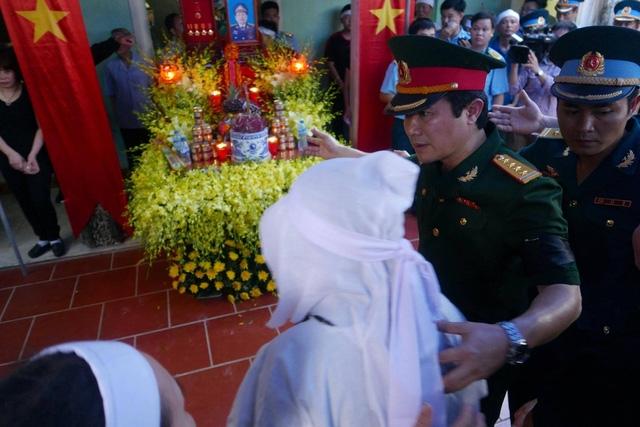 Đồng đội túc trực động viên vợ con Đại tá Khải.