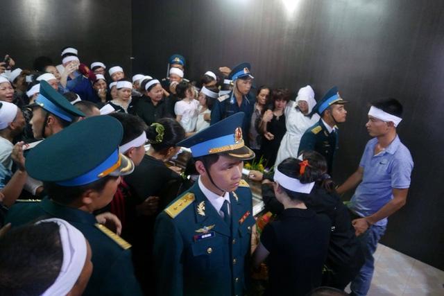 Linh cữu người lính phi công được đặt giữa gian chính ngôi nhà cấp bốn đơn sơ ở quê nhà Bắc Giang.
