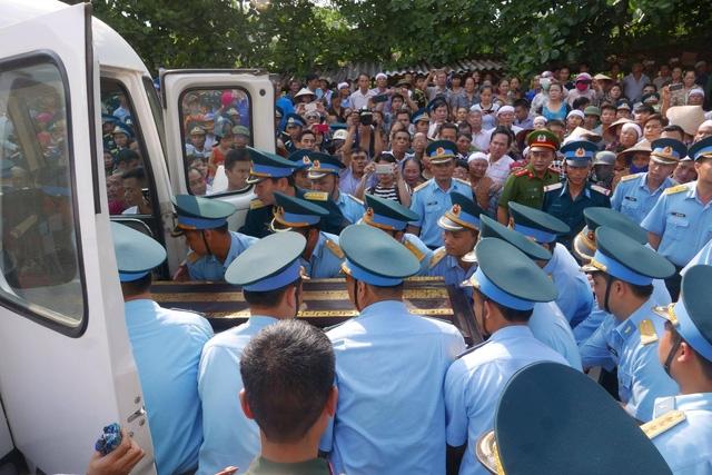 Người lính phi công trở về trong vòng tay gia đình, đồng đội, quê hương.