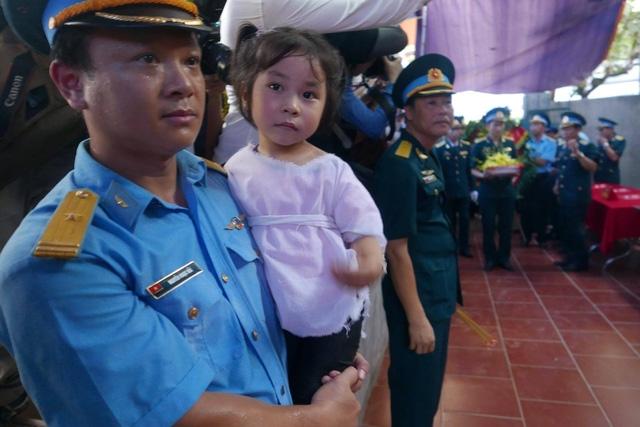 Đồng đội bế con gái Đại tá Trần Quang Khải.