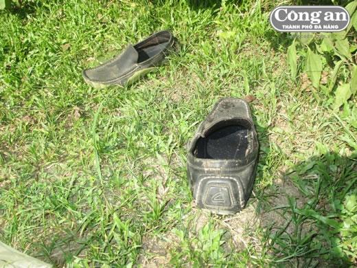 Đôi giày dính máu của nghi phạm bỏ lại gần hiện trường.
