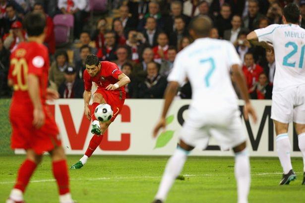 Một pha đá phạt của Ronaldo ở Euro 2008
