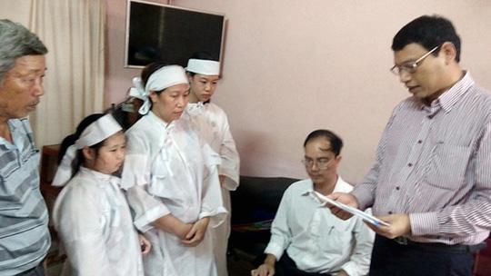 Phó chủ tịch UBND TP Đà Nẵng Hồ Kỳ Minh thăm viếng gia đình ông Cường Ảnh: Báo Đà Nẵng