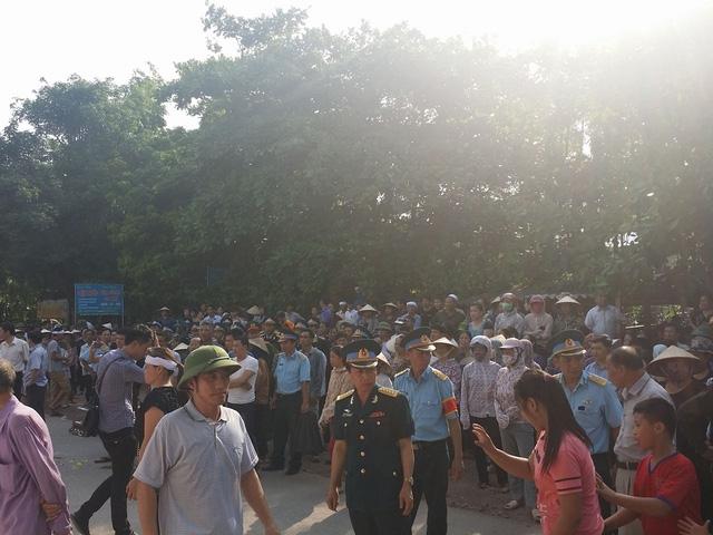 Hàng trăm người đã đứng chờ sẵn hai bên đường, chờ đón Đại tá Trần Quang Khải trở về.