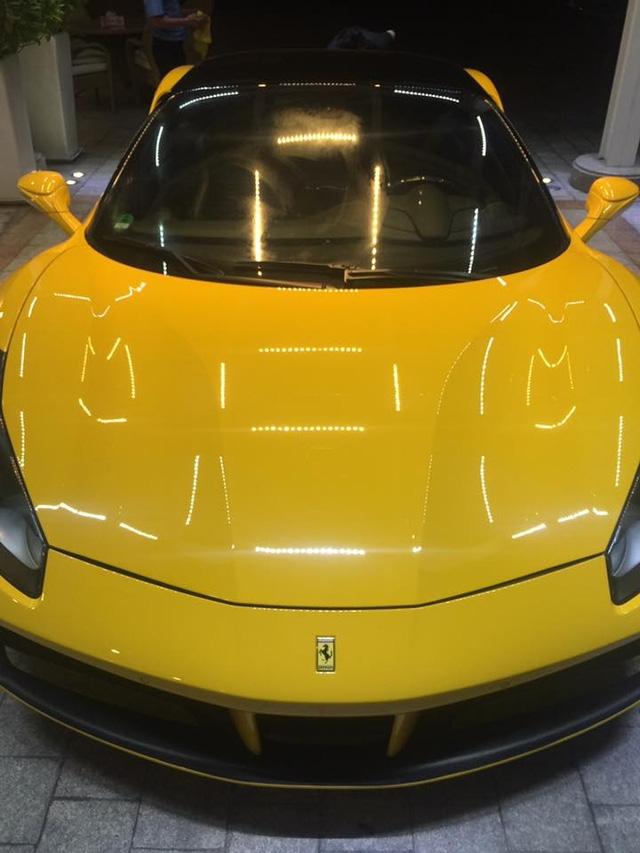 Thay vào đó là những nét cắt thẳng đứng đầy góc cạnh. Cản trước được chia làm 3 khoang riêng biệt và có thiết kế theo hình hộp vuông vức tương tự siêu phẩm triệu đô Ferrari LaFerrari. Ngoài ra, 2 hốc gió cỡ lớn bên hông kết hợp cùng những đường gân nổi mang đến ngoại hình dữ dằn cho kẻ kế nhiệm Ferrari 458 Italia.