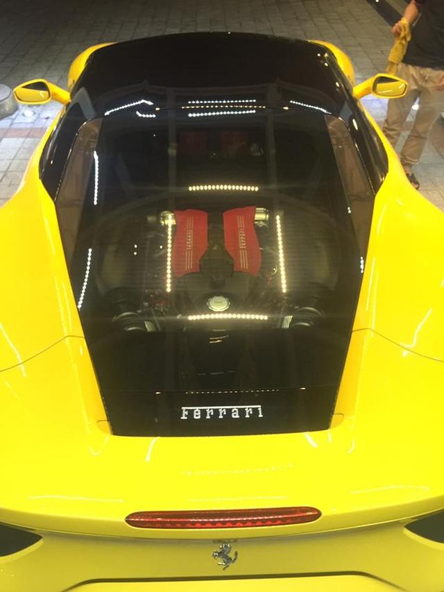 Tương tự như đàn anh 458 Italia, động cơ trên Ferrari 488 GTB là loại đặt giữa. Do đó, nắp capô phía trước dùng để làm khoang hành lý và tương đối rộng rãi.