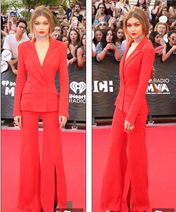 Gigi Hadid mặc áo khoét sâu, quần xẻ tà trên thảm đỏ - 1