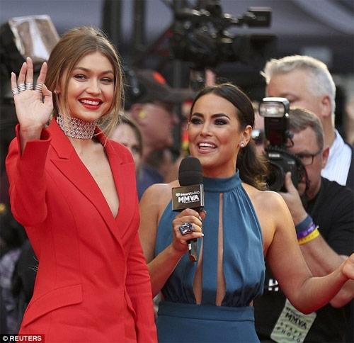 Gigi Hadid mặc áo khoét sâu, quần xẻ tà trên thảm đỏ - 2