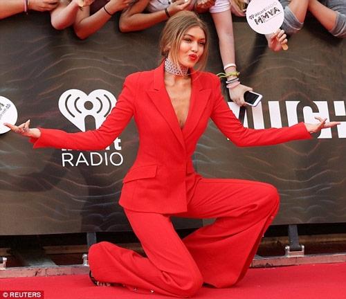 Gigi Hadid mặc áo khoét sâu, quần xẻ tà trên thảm đỏ - 3
