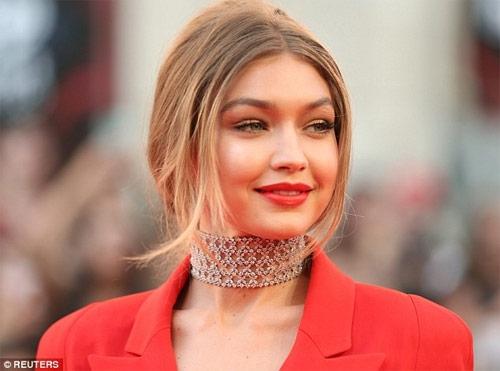 Gigi Hadid mặc áo khoét sâu, quần xẻ tà trên thảm đỏ - 4