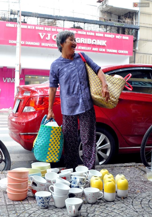 Mỗi ngày, bà cụ 66 tuổi lại lặn lội 20km lên Sài Gòn bán dạo gốm sứ nuôi con cháu... - Ảnh 1.