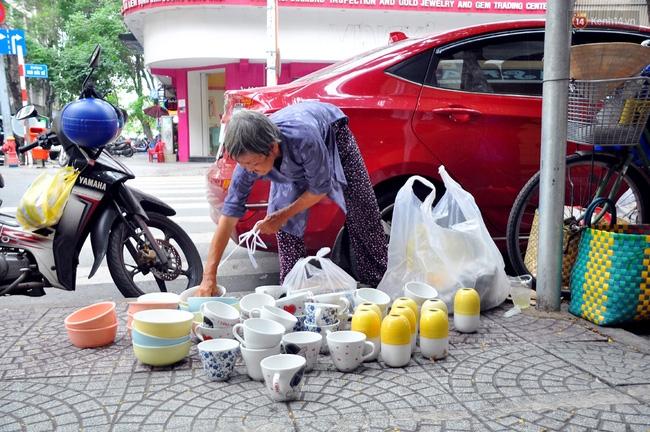 Mỗi ngày, bà cụ 66 tuổi lại lặn lội 20km lên Sài Gòn bán dạo gốm sứ nuôi con cháu... - Ảnh 2.