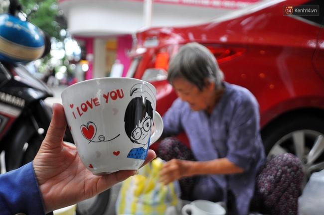 Mỗi ngày, bà cụ 66 tuổi lại lặn lội 20km lên Sài Gòn bán dạo gốm sứ nuôi con cháu... - Ảnh 4.